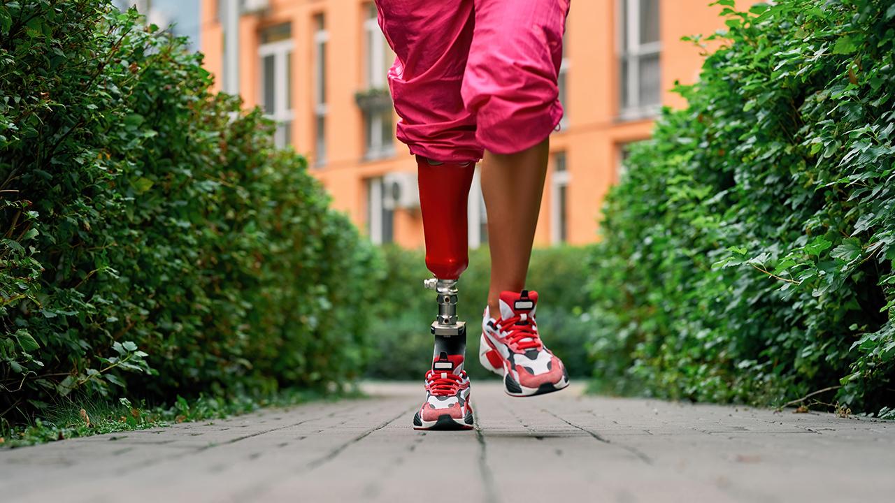 guy running with prosthetic leg